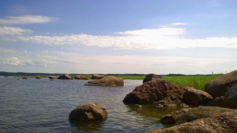 Скалы у побережья острова Лисий